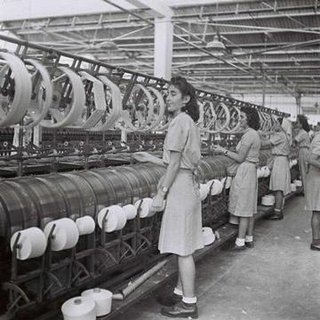 מפעל הטקסטיל אתא. אופנה חלוצית (צילום: קלוגר זולטן, לעמ)