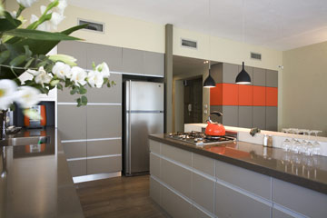 פתיחת המקרר לכיוון המטבח. עיצוב: קרן אטלס דרור (צילום: גידי בועז)