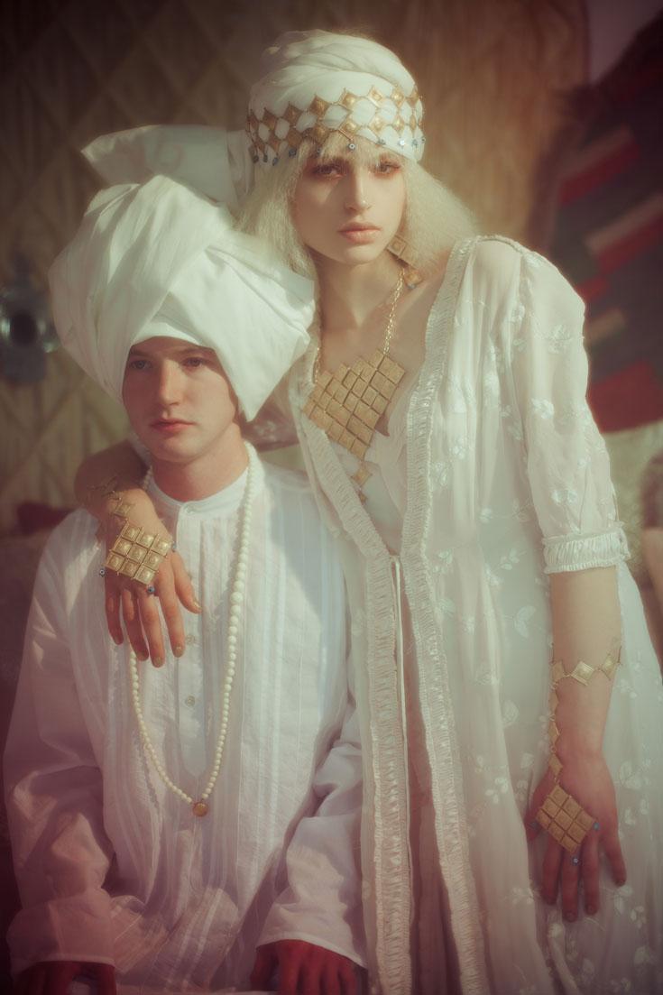 שמלה (LILAMIST), תכשיטים (אבגד made by mazal hason), גלבייה לגבר (גלבייה), שרשרת (אבגד) (צילום: אסף עיני)