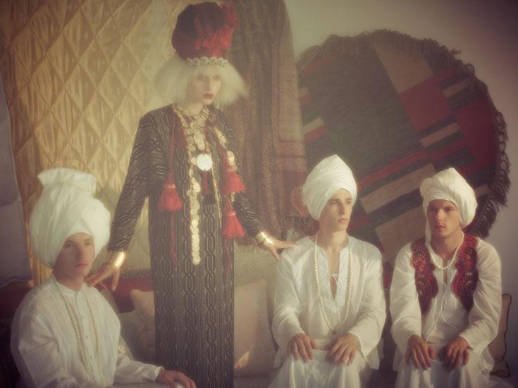 שמלה, תרבוש ושרשראות לגברים (שוק הפשפשים), תכשיטים וכתר (אבגד made by mazal hason), שרשרת חבל בורדו (עיישה), נעליים (וילה מרוק), גלביות לגברים (גלבייה) (צילום: אסף עיני)