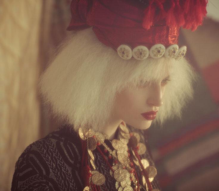שמלה ותרבוש (שוק הפשפשים), תכשיטים וכתר (אבגד made by mazal hason), שרשרת חבל בורדו (עיישה) (צילום: אסף עיני)