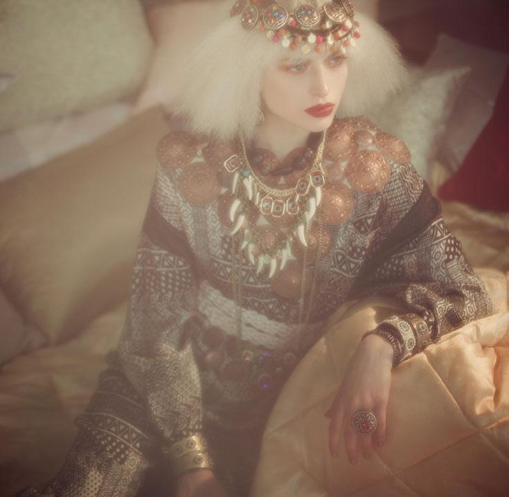 אוברול (מאוסף פרטי), תכשיטים (אבגד made by mazal hason), תכשיט לראש (עיישה), כריות ואביזרים (וילה מרוק) (צילום: אסף עיני)