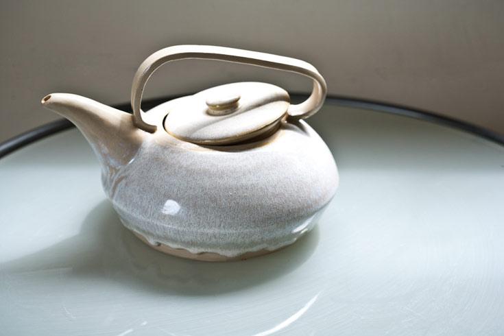 קומקום עטוי גלזורה בצבע לבן. לאורך השנים יצרה דלית כלים שימושיים לצד כלים קישוטיים רבים (צילום: טל ניסים)