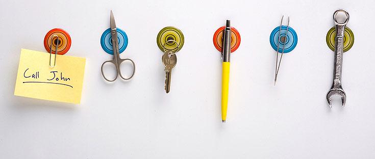 אין בלגניסט שלא יעריך: מדבקות מגנטיות לקיר, שעליהן אפשר להצמיד כל דבר מתכתי, שבדרך כלל מפוזר בבית ומוסיף לבלגן, כמו מפתח, מספריים או אטבים. 39 שקלים, פלג דיזיין