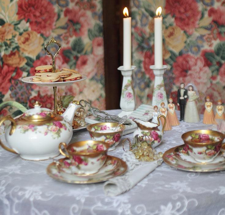 סרוויס: רויאל צ'לסי (תוצרת אנגליה), עיטור וורדים מצוירות ביד, שוליים מצופים זהב. שנות ה-40. (כולל גם צלחות עוגה והגשה ל-4 סועדים). זוג פמוטי פורצלן ויקטוריאניים. סביבות 1900. (צילום: אמית הרמן)