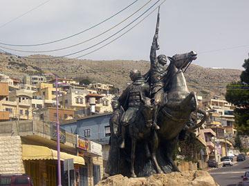 פסל מלא עוצמה. כיכר הכפר (צילום: אריאלה אפללו)