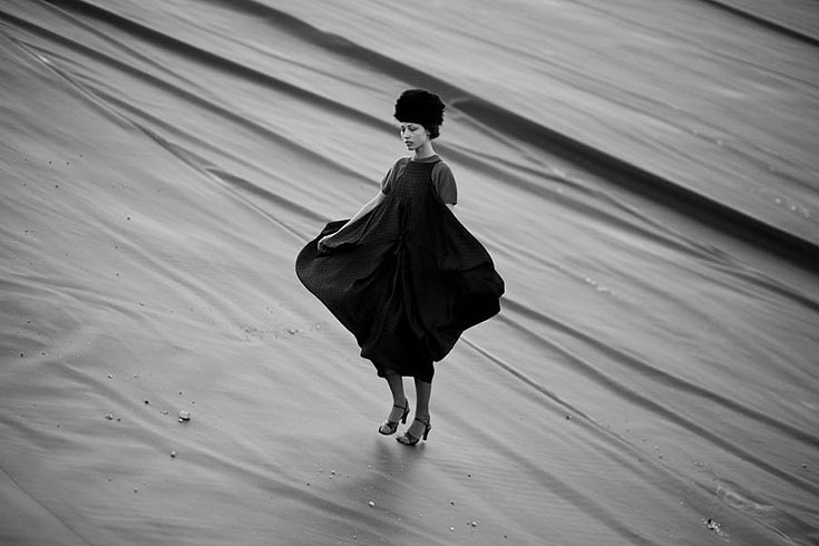 שמלה, ששון קדם; חולצה, מרים שויער, שוק הפשפשים (צילום: אלון שפרנסקי)