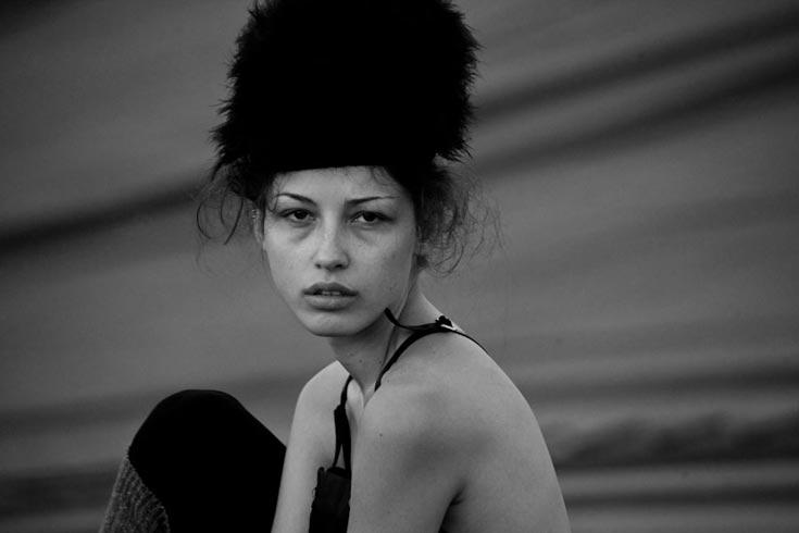 כובע, דיאדורה; אוברול, ז'אן פול גוטיה לאניגמה (צילום: אלון שפרנסקי)