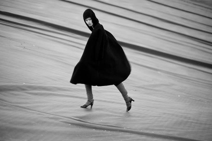 מעיל, משכית במחתרת; גרביים ונעליים, אוסף פרטי (צילום: אלון שפרנסקי)