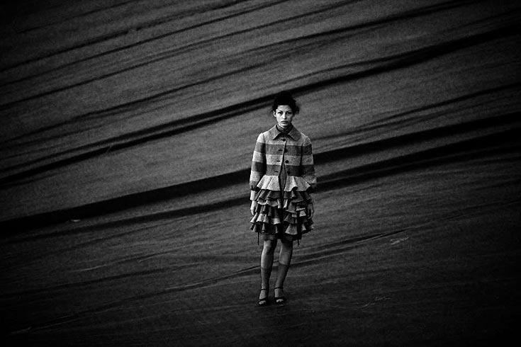 מעיל, מוסקינו באניגמה; שמלה, גרביים ונעליים, אוסף פרטי (צילום: אלון שפרנסקי)