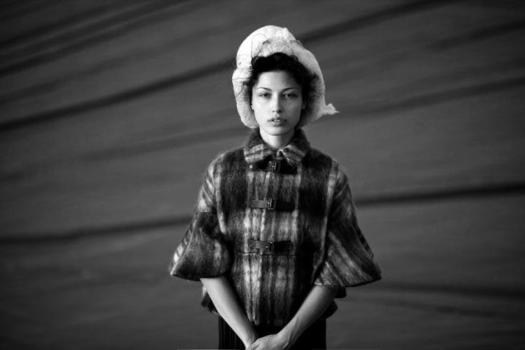 שכמייה, כריסטיאן דיור באניגמה; כובע, שרון ברונשר (צילום: אלון שפרנסקי)