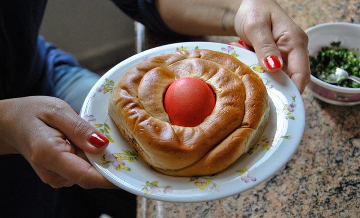נהוג להגיש את הביצים הצבועות עם לחם מתוק (צילום: נעמה גונצ'רובסקי)
