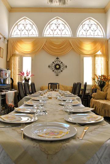 שולחן החג בבית משפחת זקאק (צילום: נעמה גונצ'רובסקי)