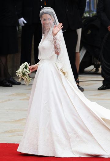 קייט מגיעה בשמלה שעיצבה שרה ברטון. שילוב בין קלאסי למודרני  (צילום: gettyimages)