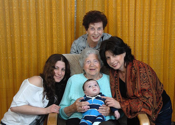 ארבע דורות ותינוק אחד. הסיפור המשפחתי של עליזה רוטמן (צילום: עדי אדר)