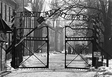 """הכניסה לאושוויץ. """"נשארתי בחיים וזכיתי להיות האדם הצעיר ביותר במחנה"""" (צילום: gettyimages)"""