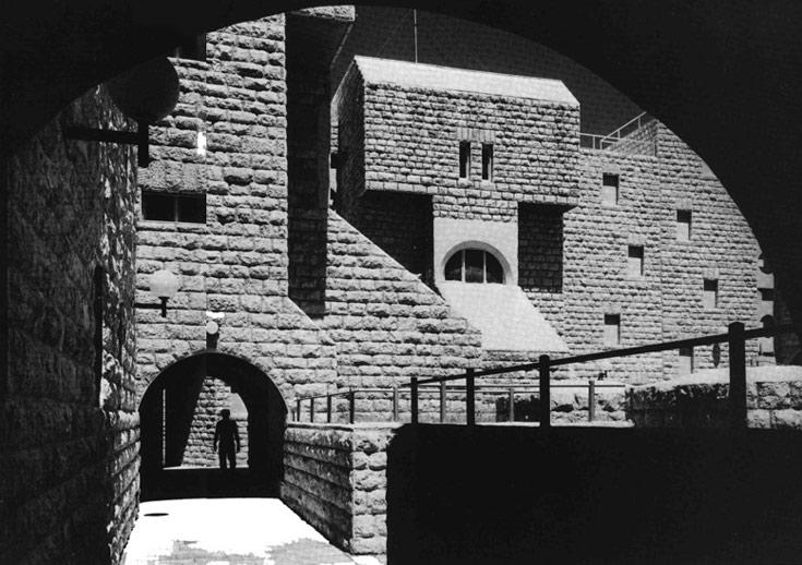 שכונת גילה, שבנה סלו הרשמן בשנות ה-70. מבנה מוגן, שעוטף את החצר ומסתגר בתוך עצמו  (באדיבות ארכיון אדריכלות ישראל)