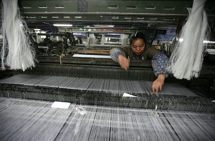 פועלת במפעל טקסטיל בסין. האם מהפכת הסחר ההוגן תכבוש את העולם?  (צילום: gettyimages)
