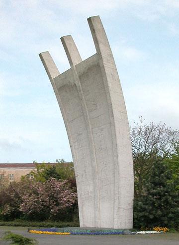 בכיכר הכניסה לטמפלהוף נמצאת גם אנדרטה לזכר טייסי בעלות הברית