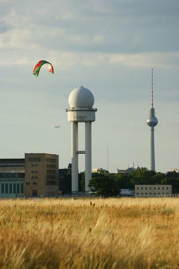 מגדל הרדאר העתידני משקיף על המדשאות ומסלולי ההמראה (צילום: CC, einsfuenfsechsvier)
