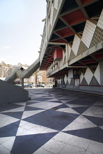 עיריית בת ים. בטון חשוף ופירמידות הפוכות, ברוח שנות הששים (צילום: אמית הרמן )