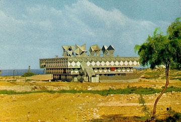 בניין עיריית בת ים. חומר רב נאסף בארכיון (באדיבות ארכיון אדריכלות ישראל)