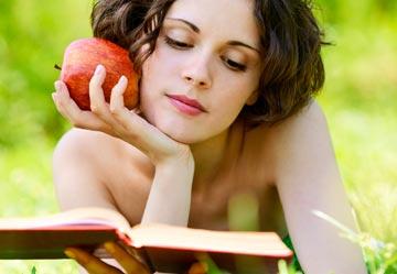 מעניין אם היא כבר הגיעה לקטע שבו יתגלה לה מה קורה למי שאוכל תפוח אדום (צילום: Shutterstock)