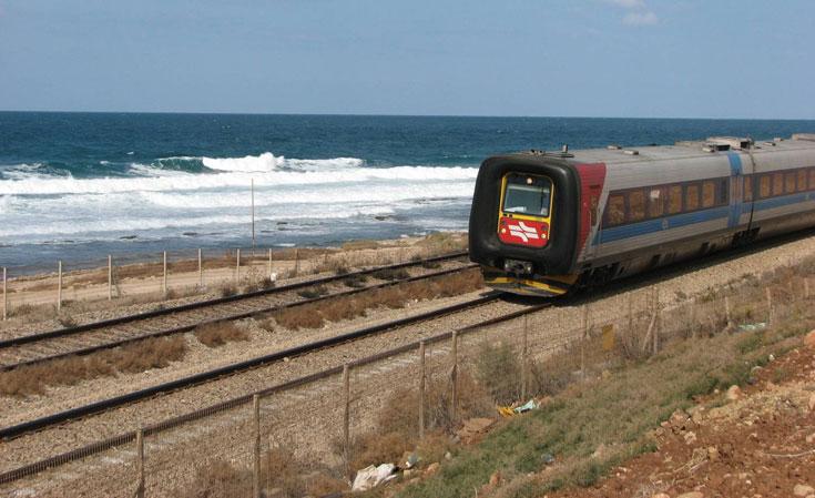 מסילת הרכבת החוצה את חיפה, כיום. הבריטים הרסו את המעבר הטבעי בין ההר לים, והמחיר משולם עד עצם היום הזה (באדיבות עיריית חיפה)