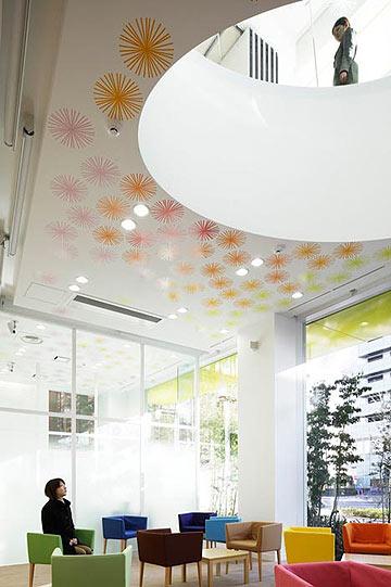 הגלילים חוצים את הקומות (צילום: Nacasa & Partners Inc, Dezeen )