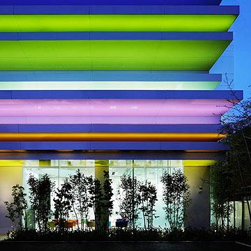 השראה מהצבעוניות של טוקיו (צילום: Nacasa & Partners Inc, Dezeen )