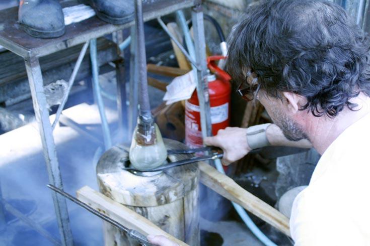 שלב 6: מבצעים בדיקות אחרונות בשלב הניפוח של הזכוכית (צילום: Gionata Gatto)