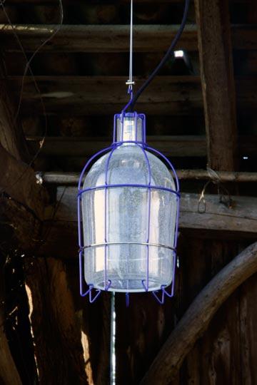 אחת המנורות מקרוב. אור נעים (צילום: Gionata Gatto)