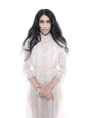 דיווה, אישה גדולה מהחיים, נסיכה גותית, מוזה, מתלבשת אוונגרדית עם יופי מכשף. רונית אלקבץ (צילום: אופיר קדמי)