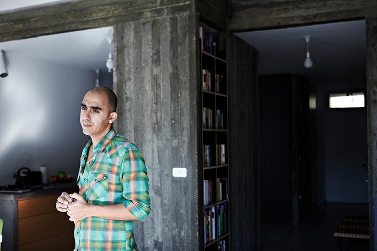 ארז אלה בביתו בתל אביב. אחד משלושת המציגים בביאנלה שתתקיים בספטמבר 2012 (צילום: ניקיטה פבלוב )