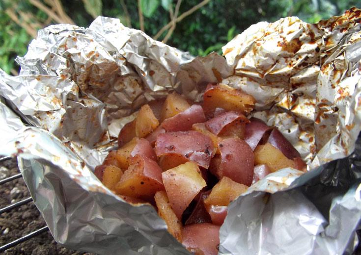 קינוח על האש: תפוחי עץ עם סילאן וקינמון עטופים בנייר אלומיניום