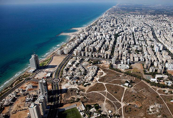 צמיחה אדירה בעיר: אצטדיון חדש, אזור תעשייה מצליח, מגדלים על הים ועכשיו גם בית עירייה דומיננטי (באדיבות צילום אוויר lowshot.com)