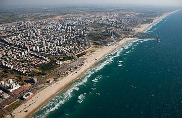 וחוף ים. האגם שהובטח הפך למגדלים לעשירים (באדיבות צילום אוויר lowshot.com)