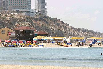 חוף נתניה. כשעולים ממנו עוברים בכיכר (צילום: נמרוד גליקמן)
