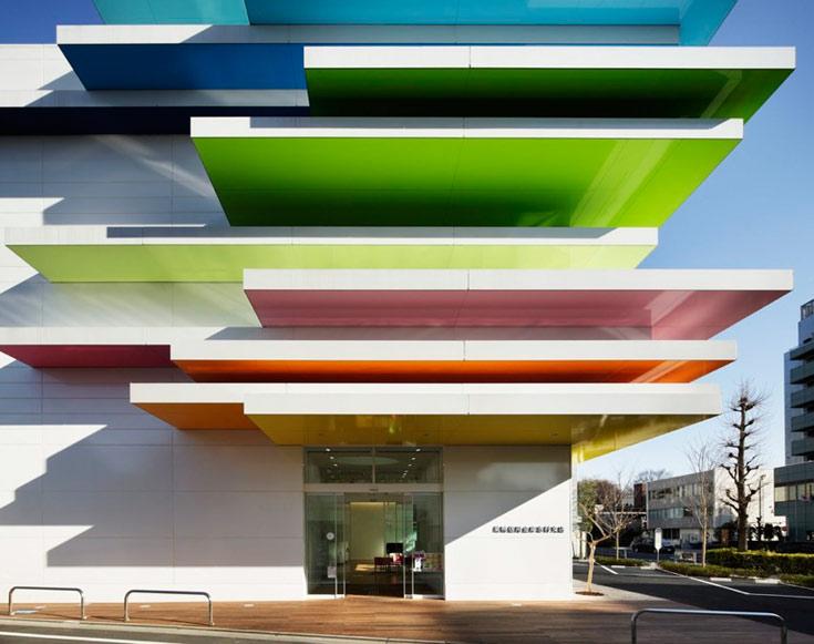 בנק סוגמו שינקין בטוקיו. את הצבעים רואים רק מלמטה. כך ביקשה האדריכלית למשוך את מבט המבקרים אל השמיים