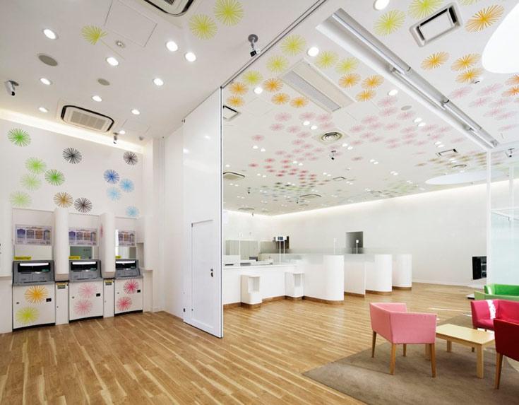 על הקירות והתקרה: הדפסים צבעוניים של פרחי סבא