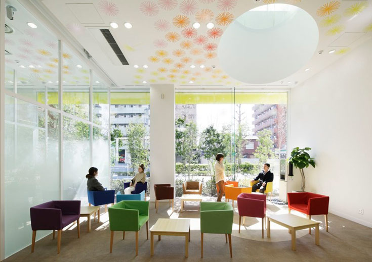בקומה הראשונה הוצבו כיסאות ב-14 צבעים שונים, כדי לתת ללקוחות תחושה נינוחה ורעננה