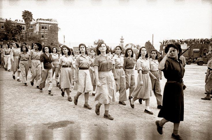 מצעד כוחות צה''ל לאחר שחרור טבריה, אפריל 1949. חיילות במדים לא אחידים (באדיבות ביתמונה)
