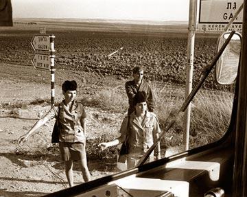 חיילות בטרמפיאדה, בצילום של צבי נהור משנות ה-70  (באדיבות ביתמונה)