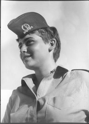 חיילת בסוף שנות ה-60, בצילום של יוסף דרנגר. הכומתה הכרחית להשלמת המראה (באדיבות ביתמונה)
