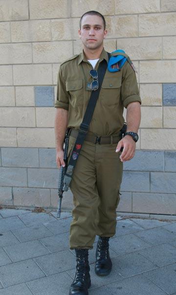 חייל במדי חיל התותחנים. כומתה כחולה בוהקת (צילום: שאול גולן )