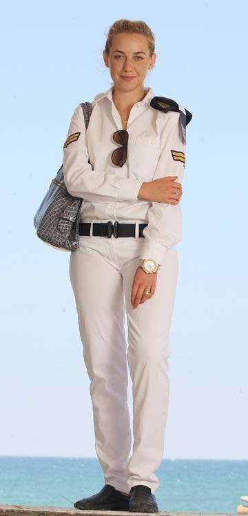 חיילת במדי חיל הים. הצבא נפרד מהכומתות הנשיות (צילום: אלעד גרשגורן)