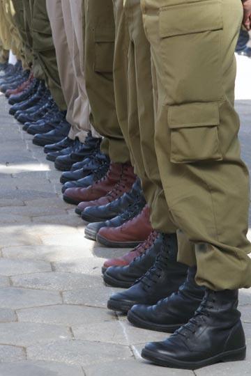 חיילים במסדר. הנעליים הצבאיות מככבות גם באופנת הרחוב העולמית (צילום: אלכס קולומיוסקי )