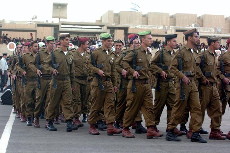 חיילים בסיום קורס קצינים כיום. המדים מייצרים היררכיה פנימית מסודרת (צילום: חיים הורנשטיין )
