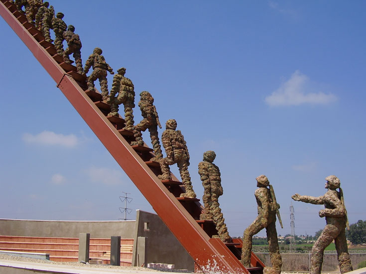 אנדרטת בית ליד, לזכר 21 החיילים והאזרח, שנהרגו בפיגוע ב-1995 (צילום: אבישי טייכר)