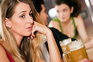 פגשתם בחורה עם משהו עצוב בעיניים בבר? אחלה. התמקדו בשכנה שלכם, כנראה שמשם תבוא הישועה (צילום: שאטרסטוק)